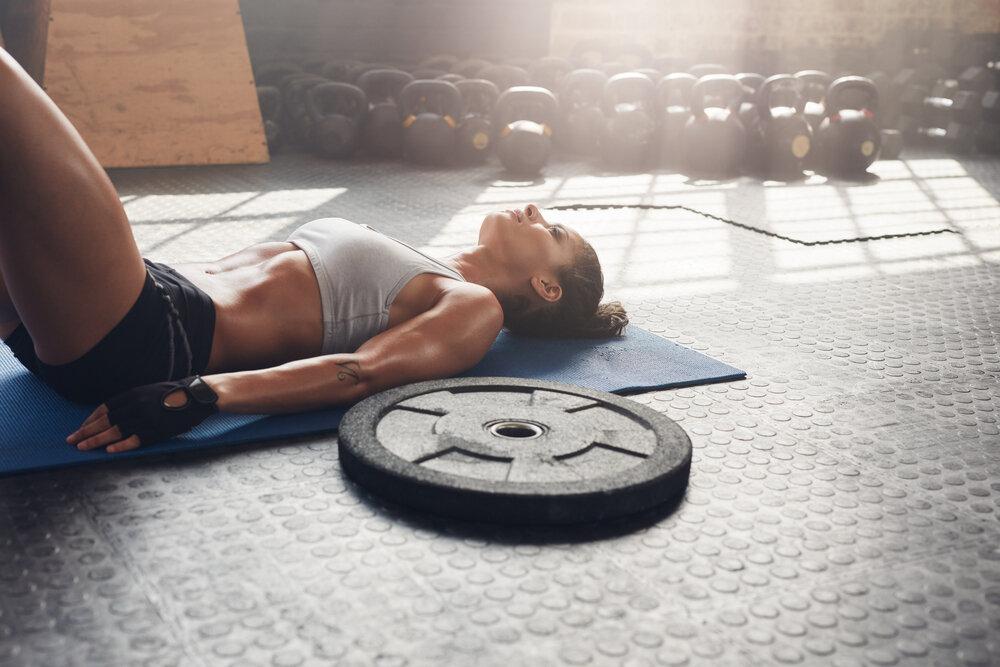 agirlik-plakasi-antrenman squat ile zor hareket