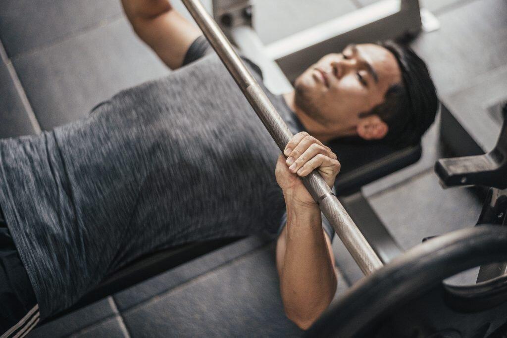 close-grip-bench-press-hareketi